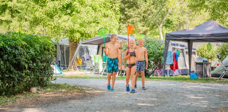 RCN-la-Bastide-en-Ardèche-camping-aan-de-rivier-de-Ardèche-familie-wandelen-op-de-camping (5)