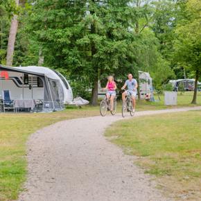 RCN-het-Grote-Bos-vakantiepark-op-de-Utrechtse-Heuvelrug-fietsers-bij-kampeerplaatsen (3)