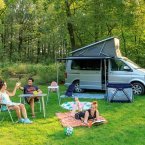 RCN-de-Noordster-vakantiepark-in-Dwingeloo-grasveld-met-tent-en-auto (3)