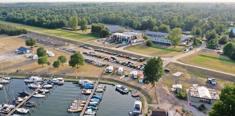 RCN-Zeewolde-vakantiepark-aan-het-water-drone-afbeedling-van-het-park