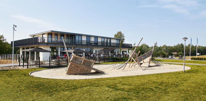 RCN-Zeewolde-vakantiepark-aan-het-water-Groepsaccommodatie-met-speeltuin