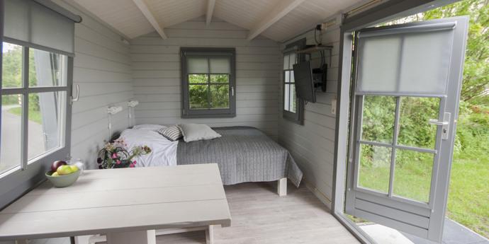 Sechs funkelnagelneue Camping-Chalets