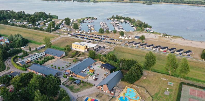 RCN-Zeewolde-vakantiepark-aan-het-water-drone-afbeelding-van-park