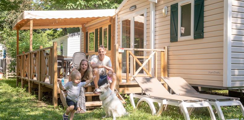 RCN-Vakantieparken-la-Bastide-gezin-op-veranda Acacia (11)