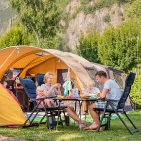 RCN-Belledonne-camping-in-de-Franse-Alpen-kamperen-familie-bij-tent (1)