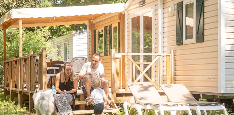 RCN-Vakantieparken-la-Bastide-gezin-op-veranda Acacia (15)