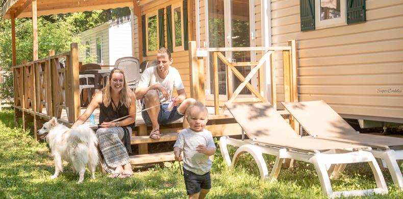 RCN-Vakantieparken-la-Bastide-gezin-op-veranda Acacia (16)